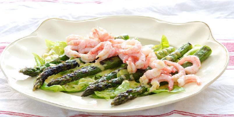 Grillede asparges med reker og sennepsmajones - Feir sommeren med grillede asparges og reker!