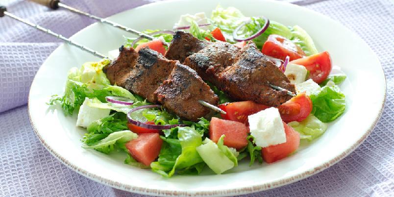 Marinerte kjøttspyd med gresk salat - Saftige grillsyd og superenkel salat