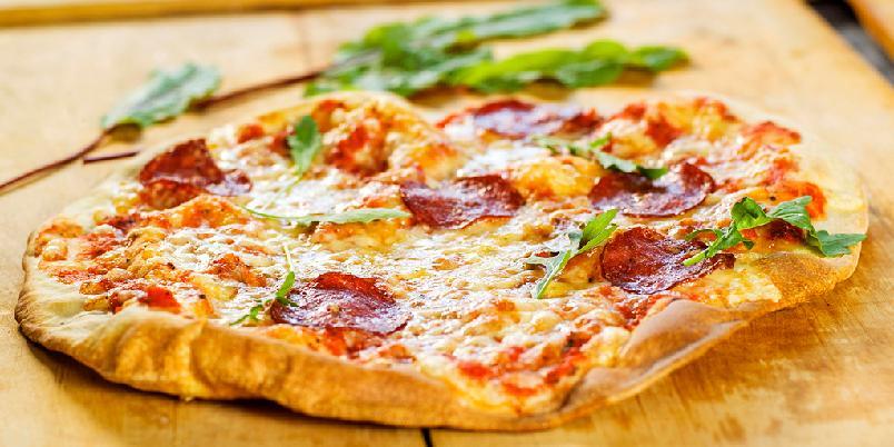 Tynn italiensk pizza - Pizzabunnene er perfekte å forsteke og putte i fryseren. Så er du klar for travle dager.