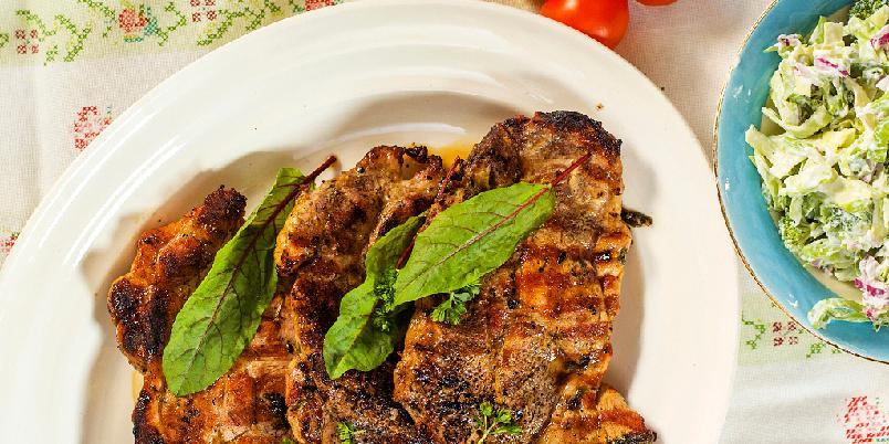 Grillede nakkekoteletter med brokkoli- og kålsalat - Ja, det er fullt mulig å få saftige nakkekoteletter på grillen!