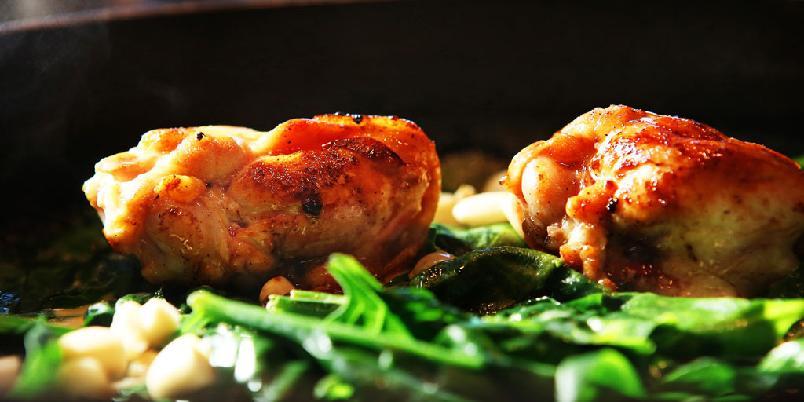 Kylling med vårløk - Dette er skikkelig hverdagsmat som det smaker godt av. Kylling med vårløk, nøtter og honning er middagen som redder deg fra kjedelighetens store gap.