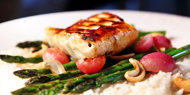 Stekt fisk med asparges og reddiker - Fisken blir perfekt om du steker fisken på høy varme. Og husk å ta den ut av kjøleskapet før du begynner.