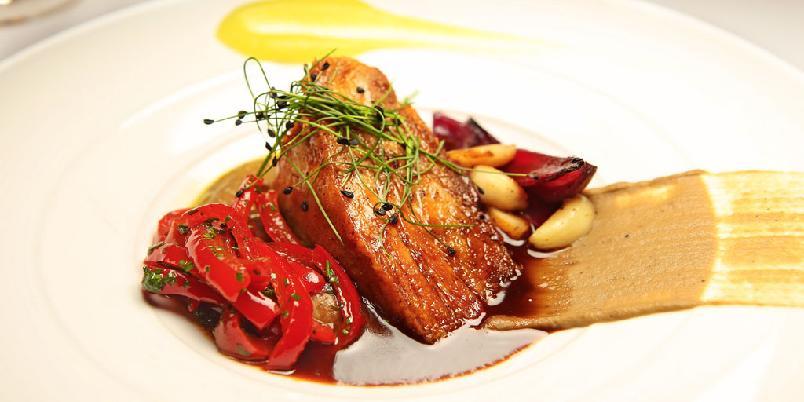 Ribbe fra Alfred Restaurant - Stekt ribbe med auberginecreme,syltetpepperfrukt, eplecreme og julesaus. Slik serveres ribbe på restaurant Alfred i Oslo.