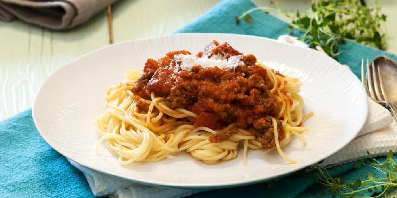 Spagetti Bolognese - Spagetti Bolognese er supergod hverdagsmiddag som er lettvint å lage! For å høyne sunnhetsfaktoren, lurer jeg inn både løk, hvitløk og gulrot.