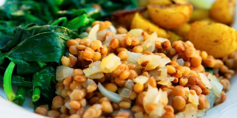 Linser med spinat og karripoteter - Linser gjør godt for kropp og sjel. Her får de selskap av karri, spinat og poteter.
