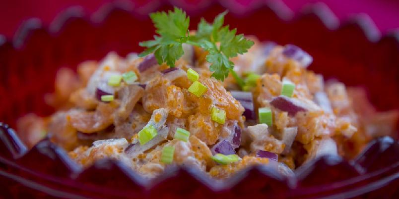 Laksesalat - Laksesalat lages ved å blande crème fraîche med laks, rogn og rødløk. Fin til forrett, men også artig å ha i kjøleskapet.
