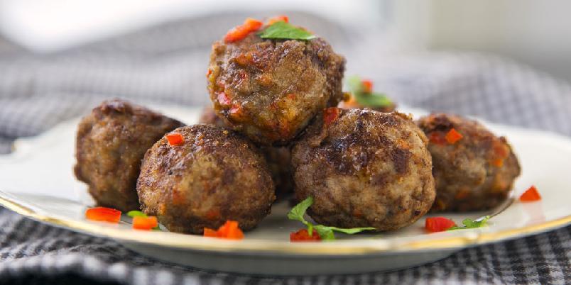 Lammekjøttboller - Kjøttboller med lammekjøtt er et supert middagstips. Disse lages med litt strøbrød for å få dem saftige.