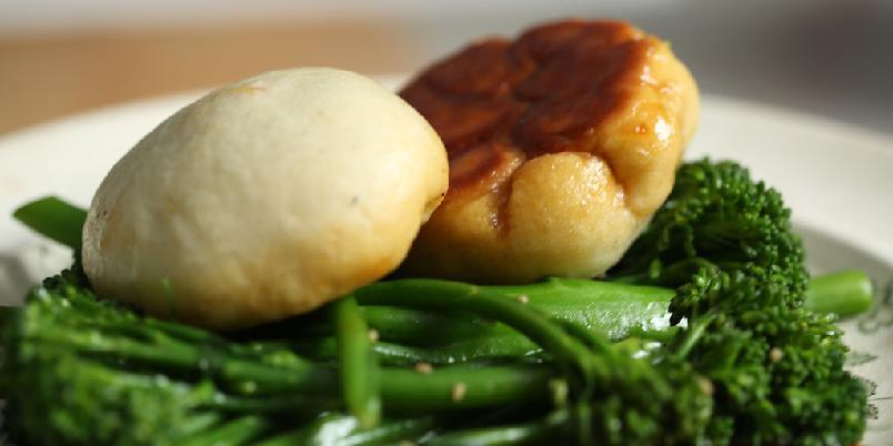 Dumplings - Dumplings kan kanskje oversettes med melboller, men det høres ikke særlig fristende ut. Så da kaller vi det dumplings. Her er oppskriften.
