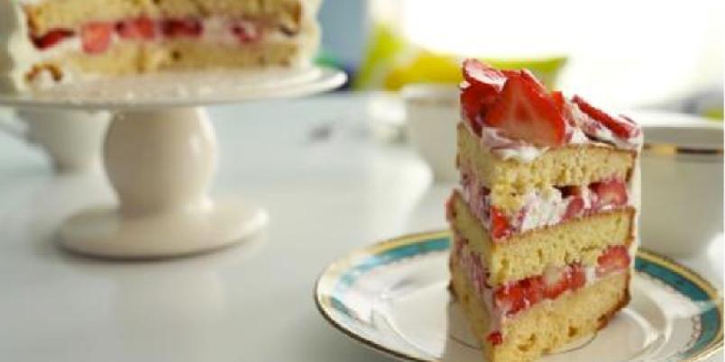 Kake med krydrede jordbær og krem - Har du lyst på noe godt? Da er denne kjempegode kaken noe for deg! Den søte smaken av jordbær og krem, blandet sammen med en smakfull og fyldig kakebunn - perfekt. Prøv den selv!