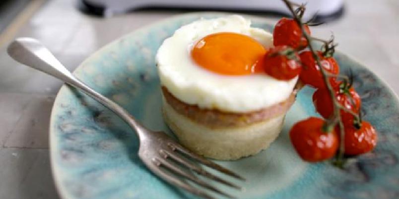 Tekaker av potet med lønneskinke, tomater og stekte egg - En spennende vri på den ordinære frokosten. Smakfull og delekat. Prøv den selv!