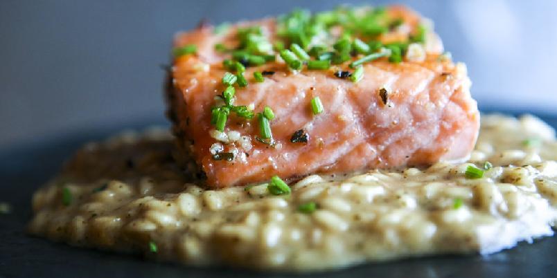 Laks og risotto - Laks er så anvendelig at den kan serveres med pasta, couscous, men også risotto. Sjekk denne oppskriften!