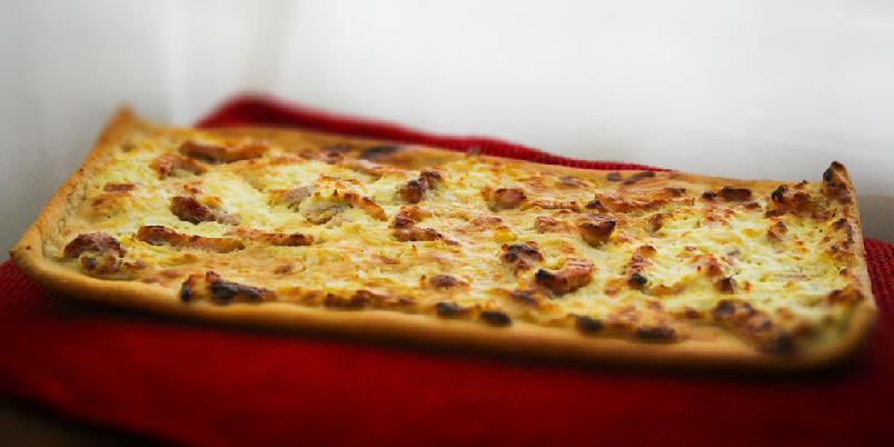"Tarte flambée - Denne pizzalignende retten er fra Alsace i Frankrike, og ""må"" selvfølgelig serveres med en riesling-vin fra samme området."