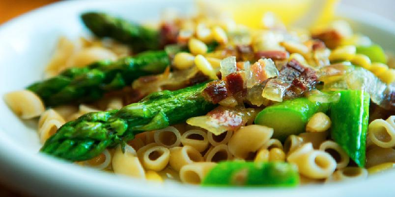 Pasta med asparges - Enkle pastaretter får vi ikke nok av. Her er en kul variant med asparges og bacon.