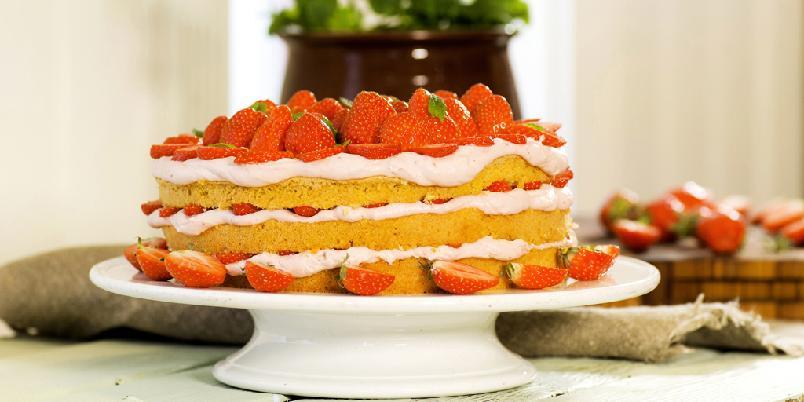 Sommerens saftigste jordbærkake - Ingen sommerfest uten en skikkelig jordbærkake med luftig krem og hauger med saftige, solmodne jordbær!