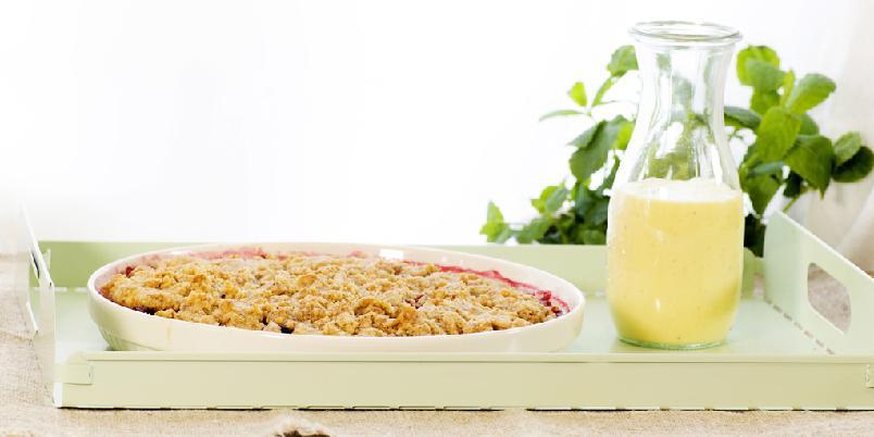 Smuldrepai med pærer og bringebær, servert med vaniljesaus - Smuldrepai er den geniale løsningen for alle som er glad i pai. Så enkelt å lage og så utrolig godt å spise!