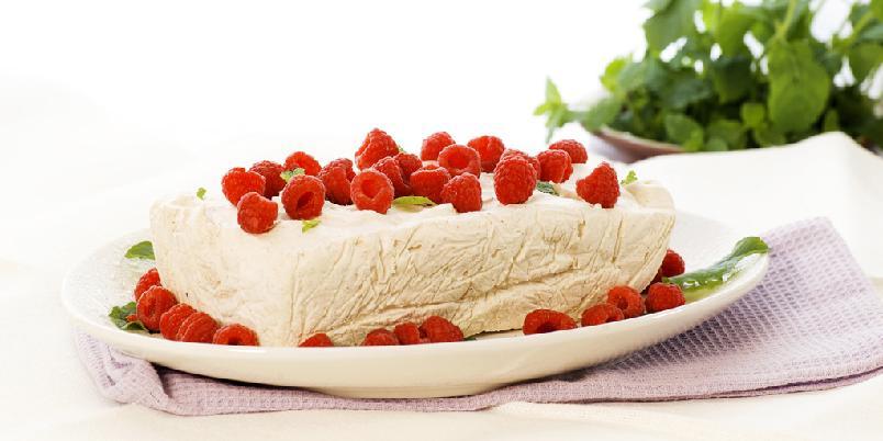 Kanelis med bringebær - Blandingen av kanel, creme fraiche og kremost i denne isen, gir deg den beste isen!