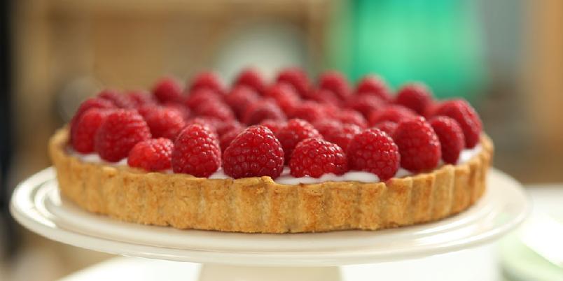 Bringebærkake - Denne kaken er det Rachel Khoo som har laget. Det er først et lag med tyttebær, så en fin krem og til slutt pyntes den med friske bringebær.