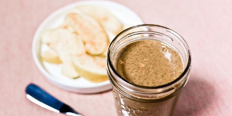 Lett saltet og knasete mandelsmør - Mandelsmør er godt som dipp dersom du hakker litt mandler og blander inn.