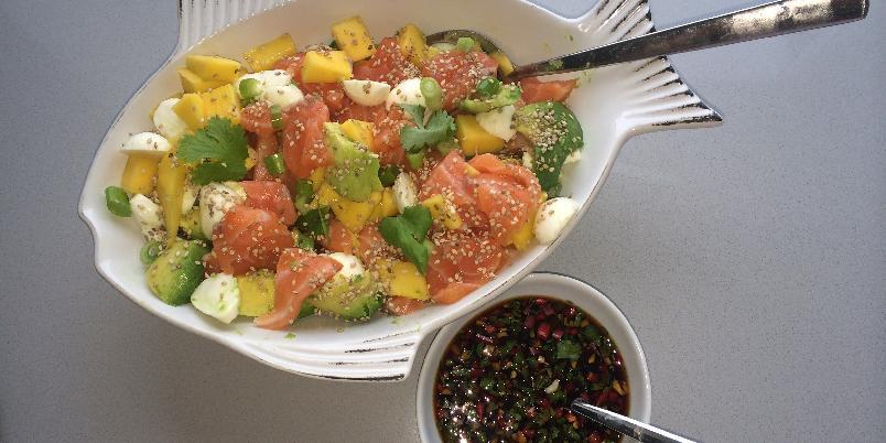Frisk salat av salmalaks med ponzusaus. - Denne retten kan brukes både til lunch, forrett og middag. perfekt for alle sashimi-elskere.