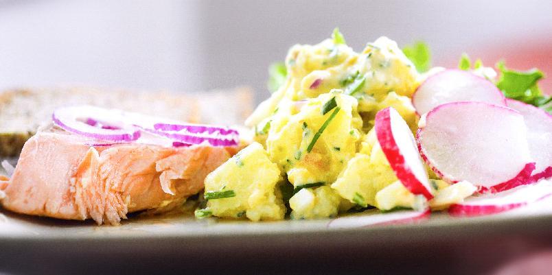 Varmrøkt ørret med potet- og eggesalat - Potetsalat med egg og ørret? Her er oppskriften.