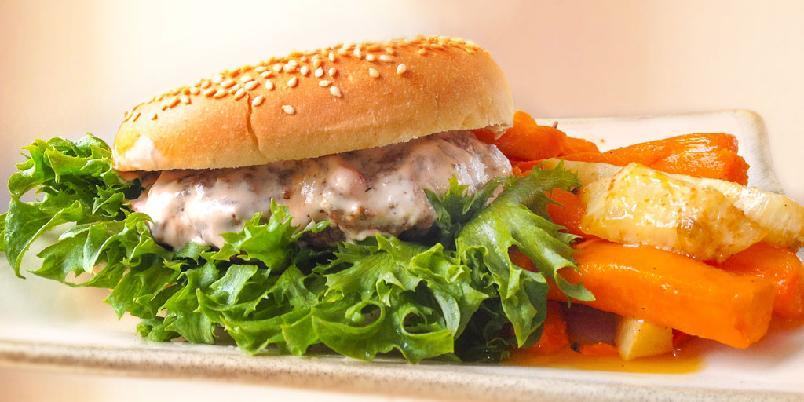 Burger med krydret yoghurtdressing og ovnsbakte rotgrønnsaker - Dette er en skikkelig burger. Og den serveres med rotgrønnsaker og en finfin yoghurtdressing.