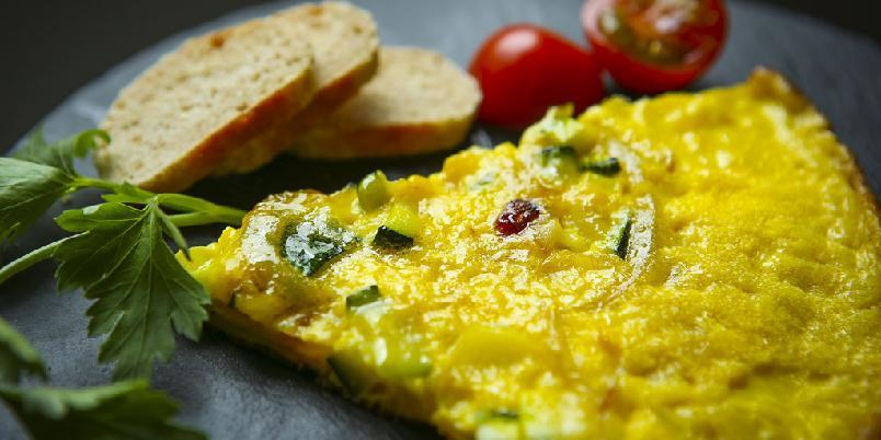 Frittata - Frittata er omelettens storebror. Du må piske eggene luftige og så steker du den på begge sider.