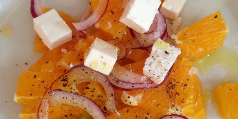 Forfriskende forrett med fetaost og appelsin - En god smakskombinasjon ganen tørster etter å prøve