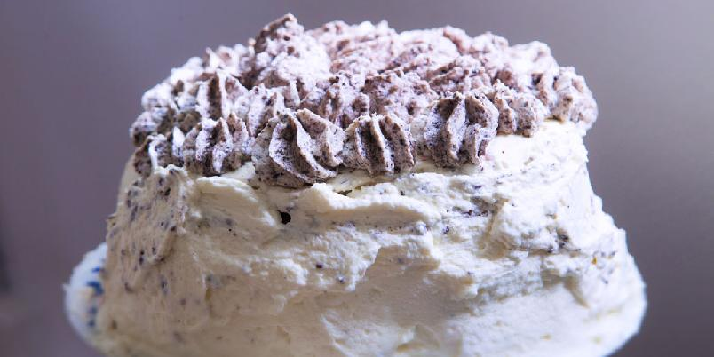 Sjokoladekake med kremost og oreo-crumble - En mektig kake du raskt blir glad i.