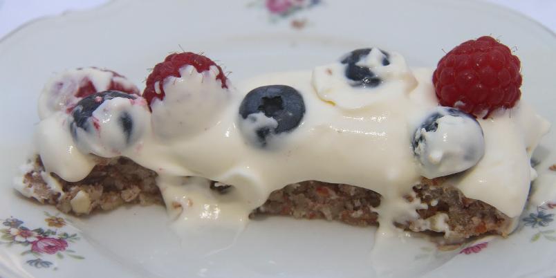 Herlig mandelkake med bær - En sommerhit