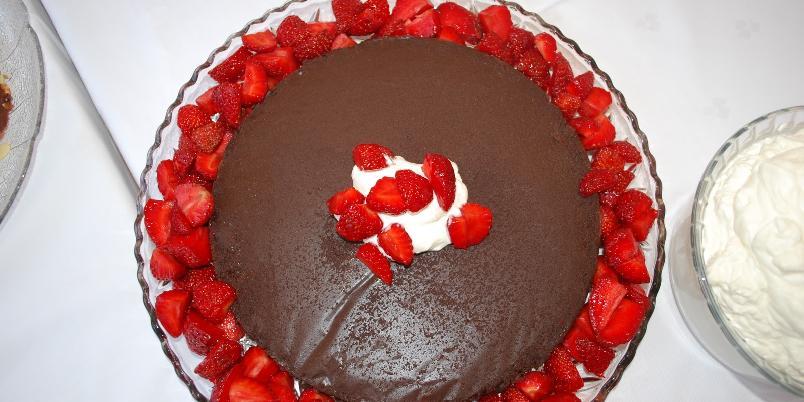 Saftig sjokoladekake med friske bær - Årets sjokoladekake! Garantert en sommerhit.