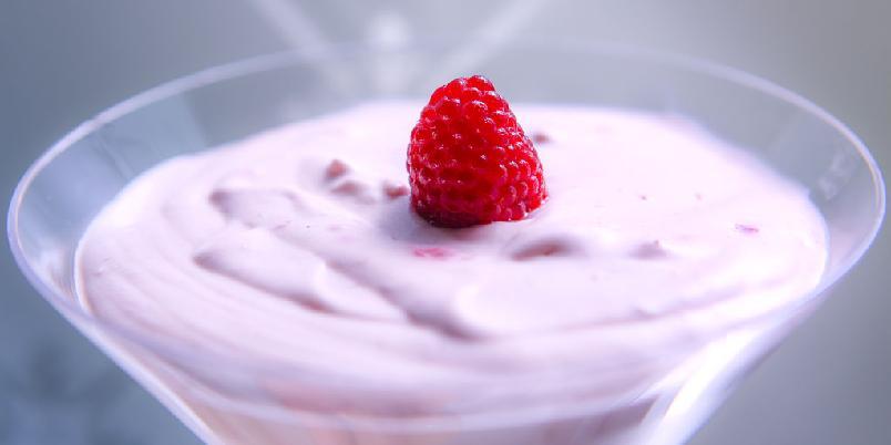 Bavarois av bringebær - En bavarois er en dessert som kan lages dagen i forveien. Den er lettere og luftigere enn en vanlig mousse.