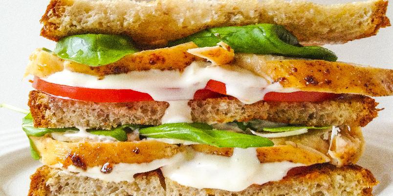 Sandwich med kylling, salat og hvitløkdressing - En sandwich blir ikke stort bedre enn denne her. Og den hvitløkdressingen kan du bruke til mye.