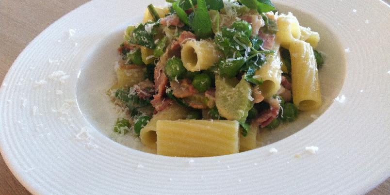 Pasta med bacon og grønne erter - Enkel og rask pasta. Denne kan du spise enten det er mandag eller søndag.