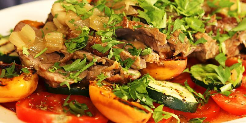 Svinenakke med aprikos - Svinenakke trenger litt tid ovnen. Men, det er kanskje det enkleste kjøttet å få til.