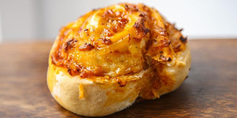 Pizzasnurrer - Dette er en oppskrift på pizzasnurrer med ost, basilikum og pinjekjerner.