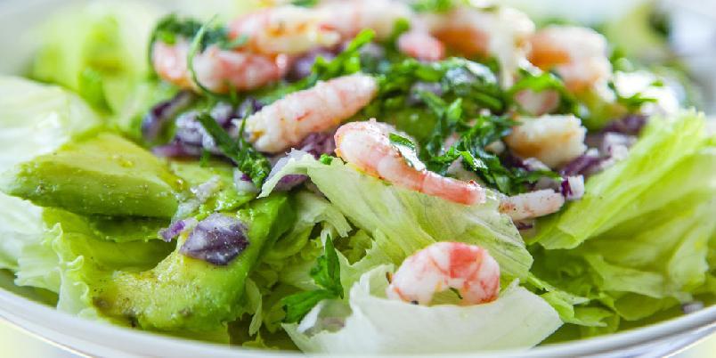 Reke- og avokadosalat - Denne salaten er en klassisk blanding av reker og avokado. I oppskriften er det også