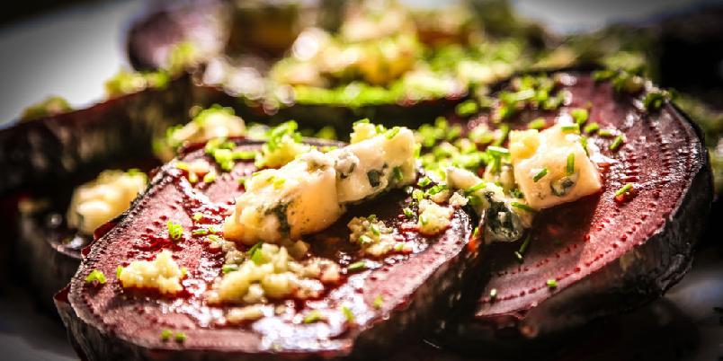 Rødbeter med blåmuggost og valnøtter - Rødbeter blir gode når de bakes lenge i ovnen. Server dem med blåmuggost, valnøtter og gressløk