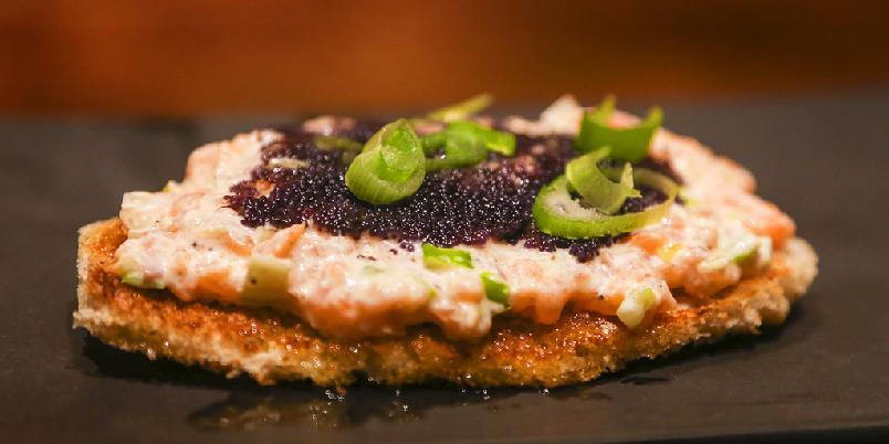 Kremet laks og sort kaviar - Dette er en måte å lage laksen litt mer spennende på. Server den med sort kaviar!
