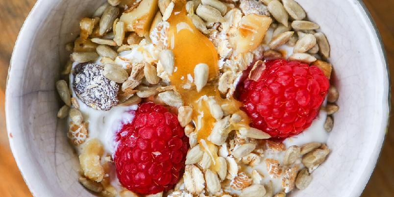 Yoghurt med honning, nøtter og bær - Til dessert eller frokost - valget er ditt. Yoghurt med honning og nøtter er en av de beste kombinasjonene som finnes.