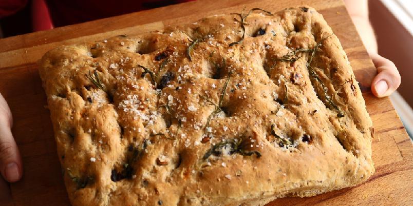 Focaccia - Følger du denne oppskriften på focaccia har du snart et herlig, rustikt brød i huset.