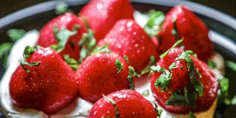 Balsamicomarinerte jordbær med mascarponekrem - Mariner jordbærene i balsamico. Det blir balsam for sjelen.