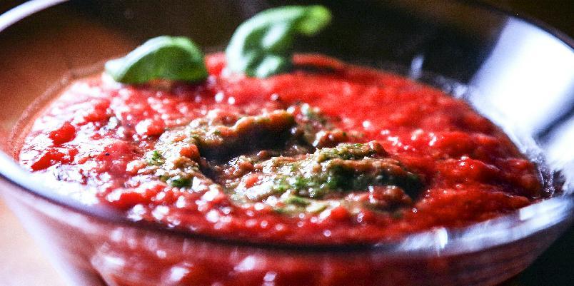 Suppe med brød, tomater og pesto - Dette er en tomatsuppe som du vil elske.
