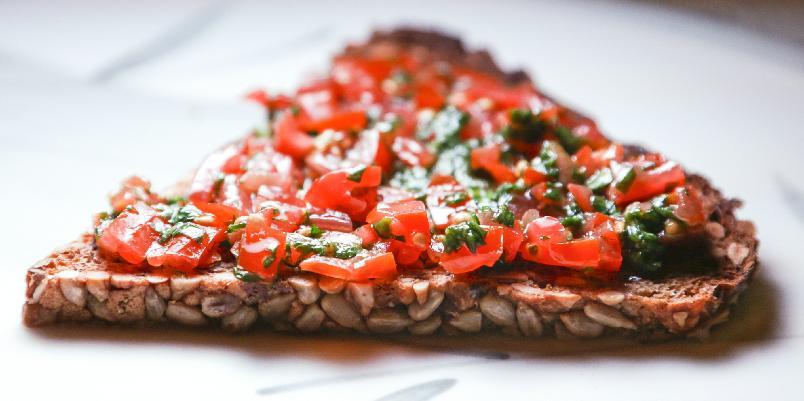 Rugbrød med cherrytomater og basilikum -
