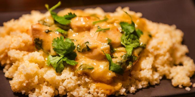 Kyllinggryte med chili og bulgur - Kyllingen få skikkelig smak i møte med chili. Og bulgur er kjappere å lage enn pasta.