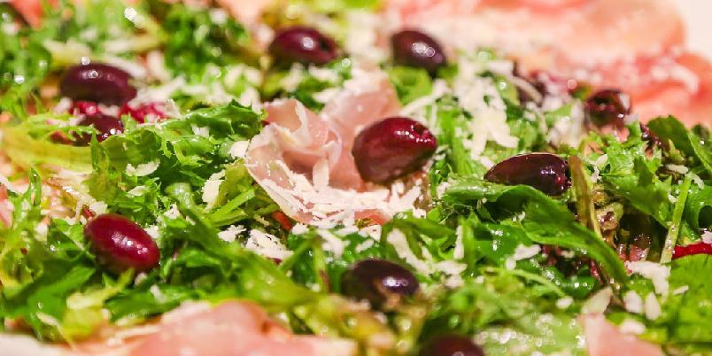 Spekeskinke med salat og oliven - En salat med skinke og oliven er redningen på late dager.