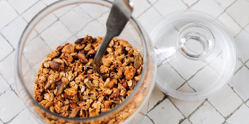 Granola med nøttesmak - Granola blir ekstra godt om du har i noen kakaonibs.