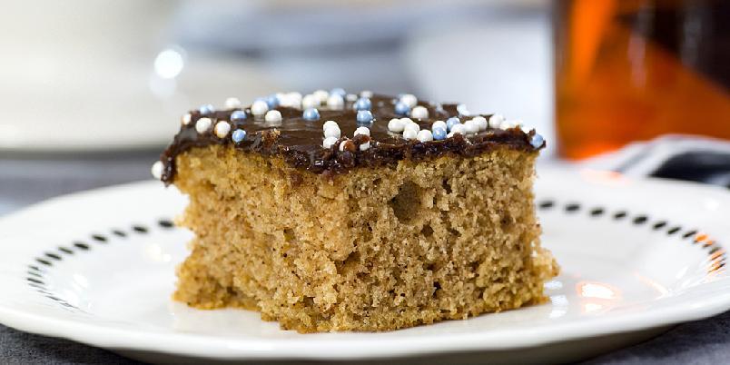 Krydderkake med sjokoladeglasur - Denne kaken blir garantert en slager hos både små og store!