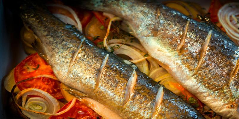 Fisk med poteter og tomat - Dette er en enkel oppskrift på fiskemiddag som alle kan lage.