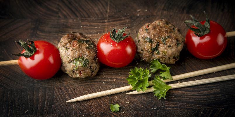 Kjøttboller og grønnsaker på spidd -