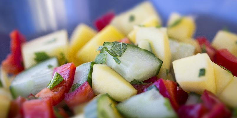 Mangosalat - Dette er en enkel salat med mango, agurk og mynte.